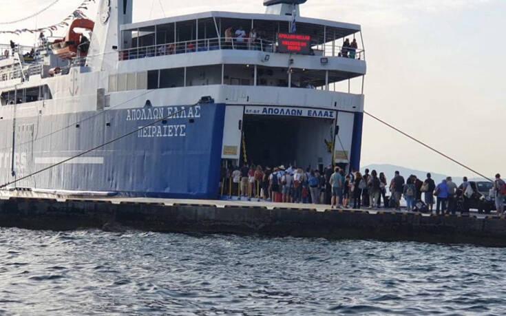 Μεγάλη ουρά στην Αίγινα για το πλοίο της επιστροφής στον Πειραιά