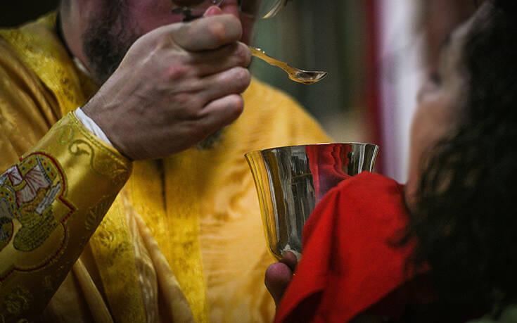 Οικουμενικό Πατριαρχείο: Κανονικά με την ιερή λαβίδα η Θεία Κοινωνία