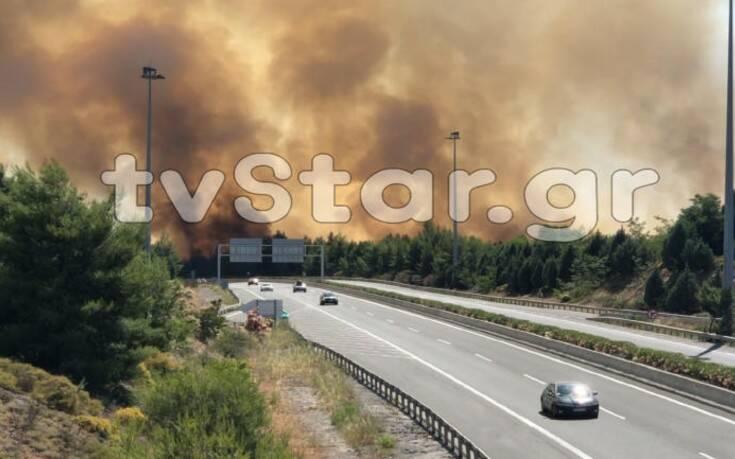 Φωτιά στο Μαρτίνο Φθιώτιδας: Διακόπηκε η κυκλοφορία στην εθνική οδό