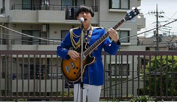 Μέλος του ιαπωνικού συγκροτήματος Pyramidos τραγουδά το παραδοσιακό «Τίνος είναι η κούπα»