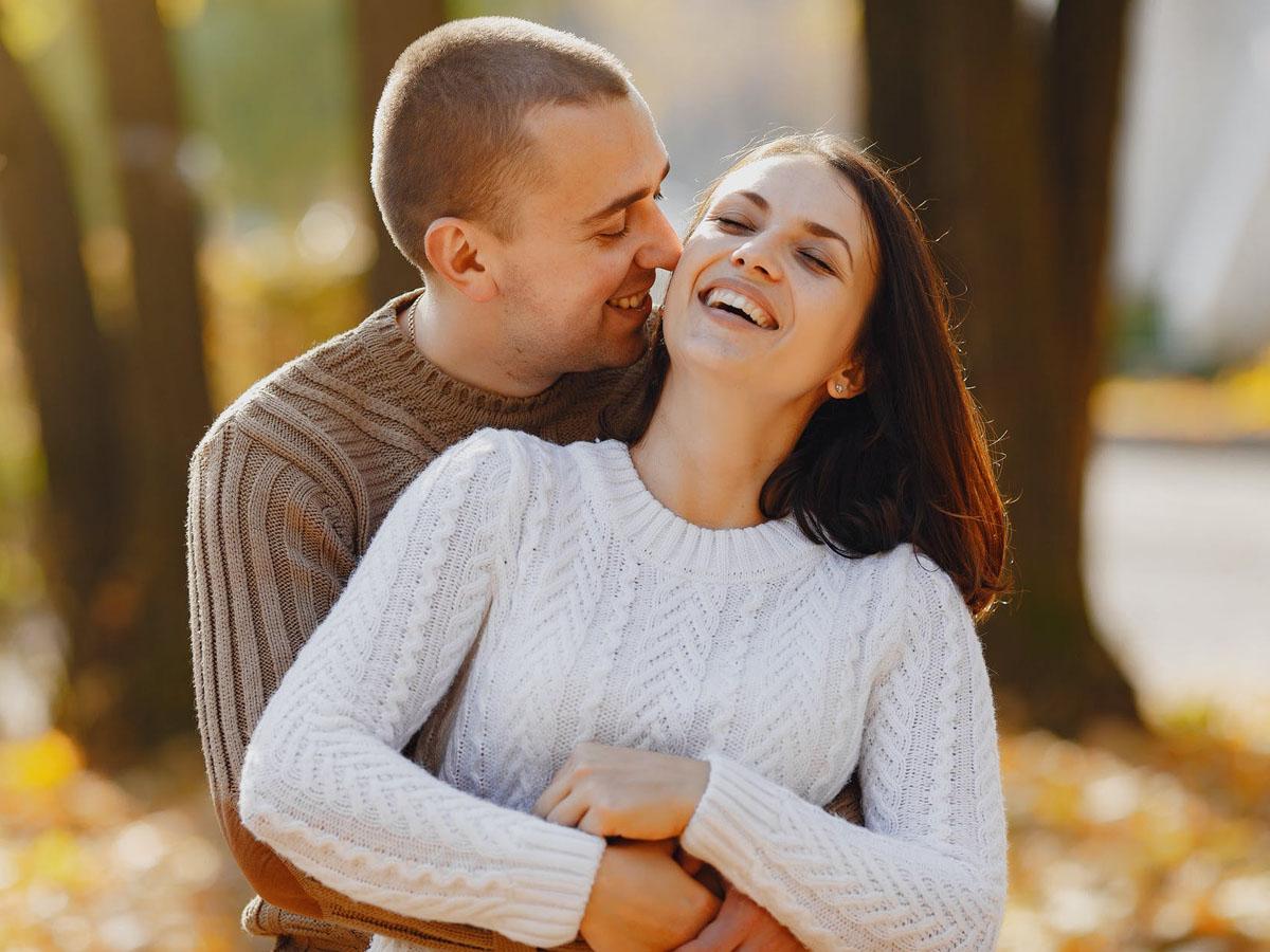 Κοιμάσαι αγκαλιά με τον σύντροφό σου; Τα οφέλη για την ευεξία και τη σχέση σας!