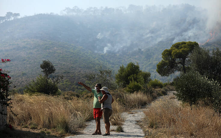 Καλύτερη η εικόνα της φωτιάς στις Κεχριές Κορινθίας – Προβληματίζει η ενίσχυση ανέμων από το μεσημέρι