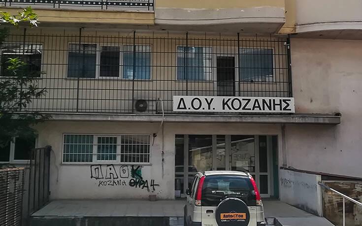 Επίθεση με τσεκούρι στη ΔΟΥ Κοζάνης: «Θαύμασα την ψυχική της δύναμη» λέει ο σύζυγος θύματος που επέστρεψε σπίτι
