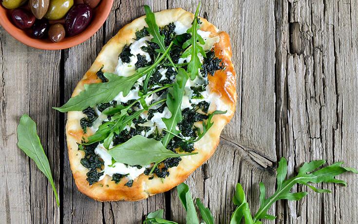Πίτσα με κατσικίσιο τυρί και σάλτσα πέστο