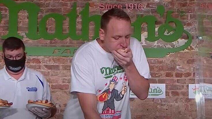 Παγκόσμιο ρεκόρ: 36χρονος Αμερικανός έφαγε 75 χοτ-ντογκ σε δέκα λεπτά
