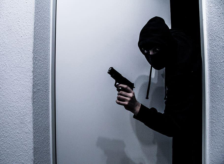 Διαρρήκτης στη Λαμία πήδηξε από τον τρίτο όροφο για να μην τον πιάσουν και… συνέχισε να τρέχει