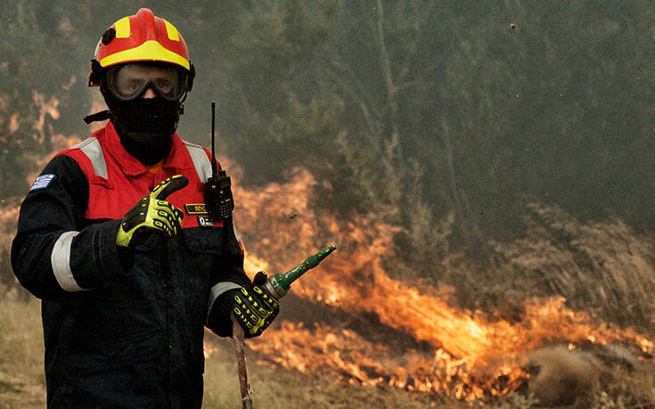 Ανεξέλεγκτη η φωτιά στις Κεχριές: Καίγεται σπίτι – Ενισχύονται οι δυνάμεις της Πυροσβεστικής