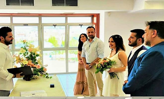 Ο Αρναούτογλου πάντρεψε συνεργάτη του – Ο Τσαλίκης τέλεσε τον πολιτικό γάμο [Εικόνες]