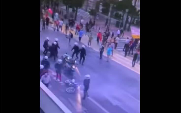 Αστυνομικός κατηγορείται ότι παρεμπόδισε σύλληψη: Το επίμαχο βίντεο από τα επεισόδια στο Σύνταγμα