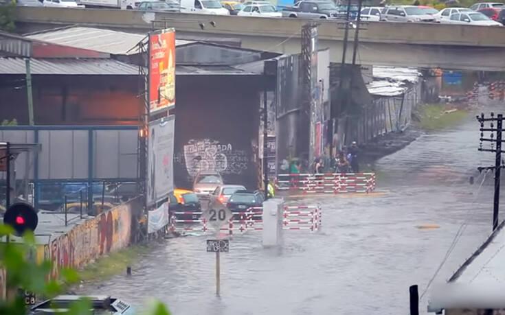 Η άτυχη στιγμή του να περνάει δίπλα σου τρένο σε πλημμυρισμένο δρόμο