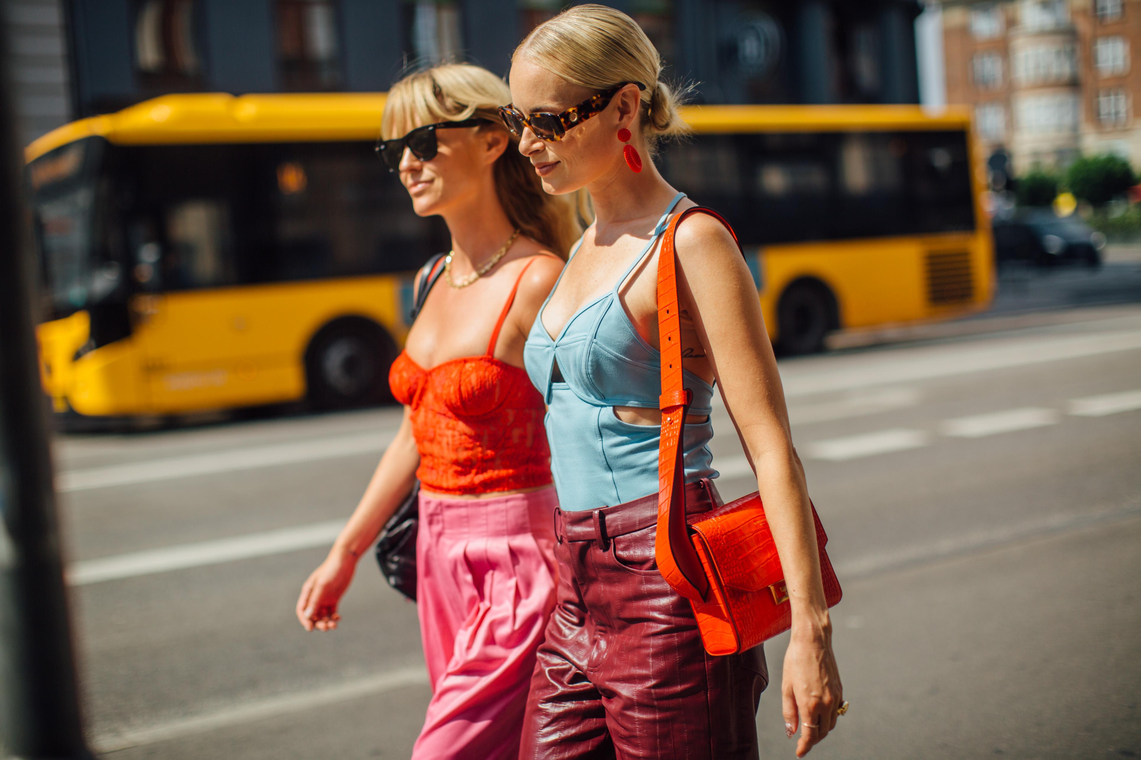 Δώσε μία παράταση στο καλοκαίρι μέσα από 10 χρώματα & prints που τονίζουν το μαύρισμά σου