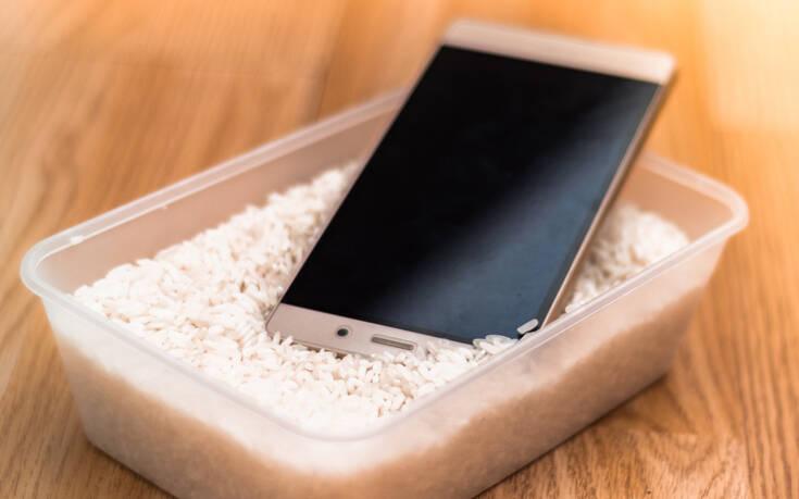Πώς να απομακρύνετε την υγρασία από το κινητό σας