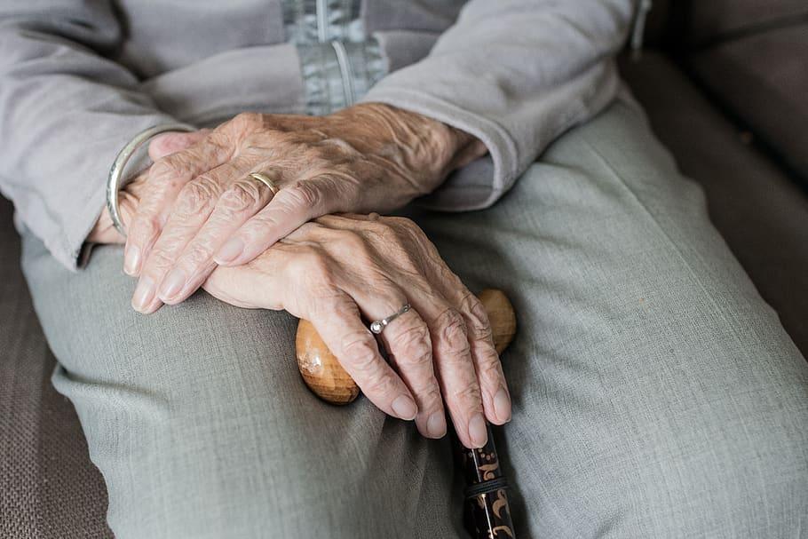 Τρίκαλα: Πρόστιμο 21.000 ευρώ σε γιαγιάδες που βοηθούσαν στην ταβέρνα των παιδιών τους