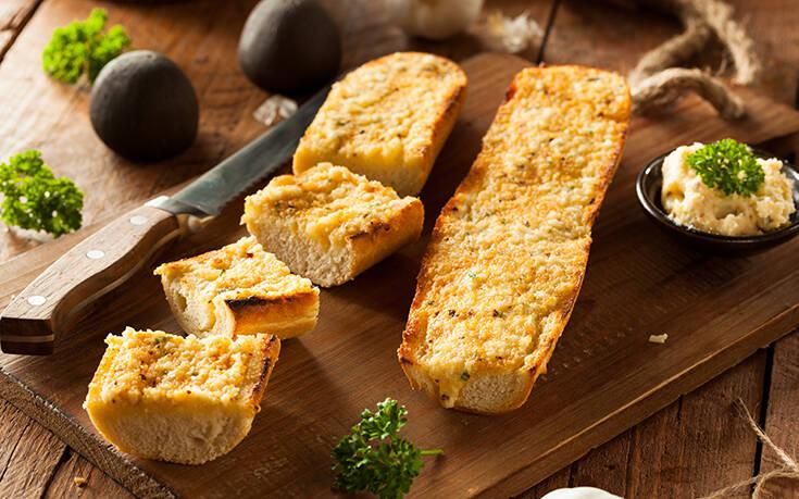 Σκορδόψωμο με τρία τυριά