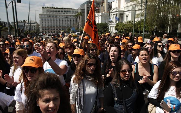 Συγκέντρωση εκπαιδευτικών στα Προπύλαια και πορεία διαμαρτυρίας μετά τις ανακοινώσεις Κεραμέως