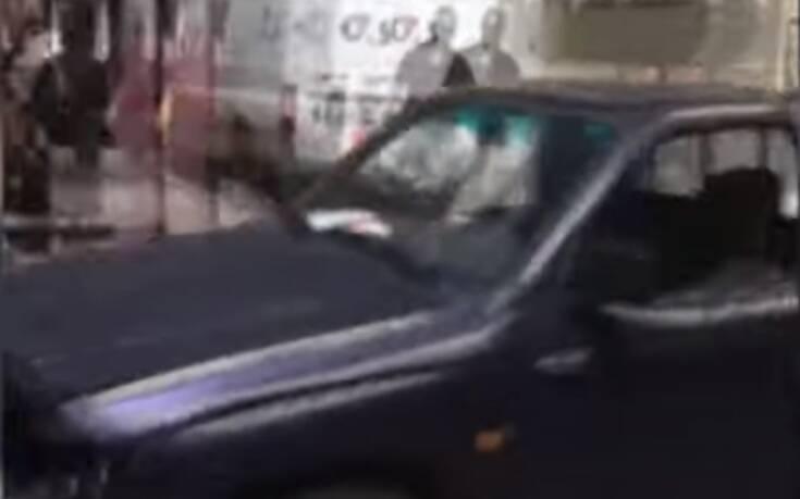 Αυτοκίνητο χωρίς… οδηγό παρέσυρε τραπέζια και καρέκλες σε πεζόδρομο της Καβάλας: Λύθηκε το χειρόφρενο και έτρεχαν να το σταματήσουν