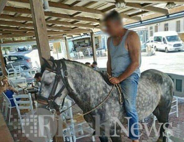 Ένας καφές στο χέρι πολύ διαφορετικός: Μπήκε στο μαγαζί καβάλα στο άλογο