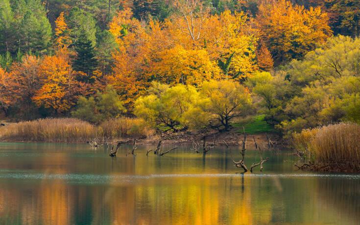 Όταν η φύση παίρνει τα πινέλα της, δημιουργεί εικόνες όπως αυτές στη λίμνη Τσιβλού