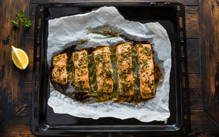 Σολομός με σάλτσα βουτύρου και σκόρδο