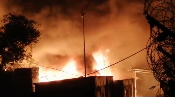 Τεράστιες καταστροφές από τη φωτιά στη Μόρια: 13.000 πρόσφυγες στο δρόμο [βίντεο]