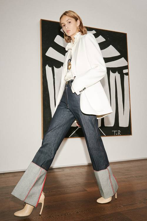 H Victoria Beckham ξαναφέρνει στην επικαιρότητα ένα πολύ κομψό vintage denim trend