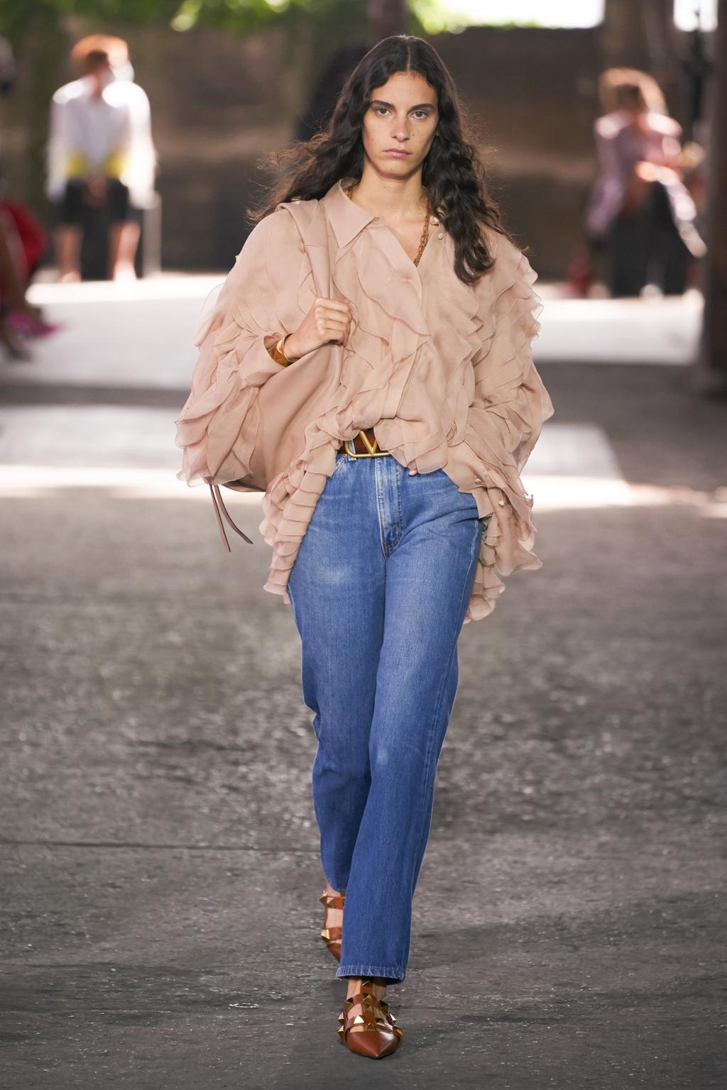 Στο show του Oίκου Valentino δεν μπορούσαμε να πάρουμε τα μάτια μας από τα Levi's jeans του