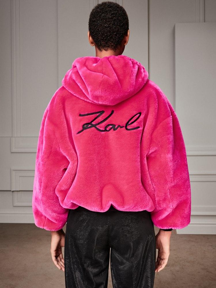 Μία νέα collection ρούχων προσεγγίζει τη δεκαετία των 90s με τον πιο fashionable τρόπο