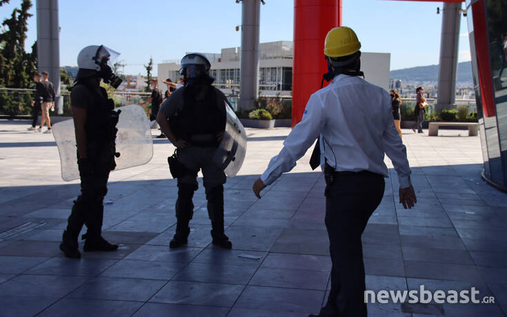 Φωτογραφίες από τις συμπλοκές και τα χημικά μέσα και έξω από εμπορικό κέντρο μετά τα επεισόδια στο υπουργείο Παιδείας