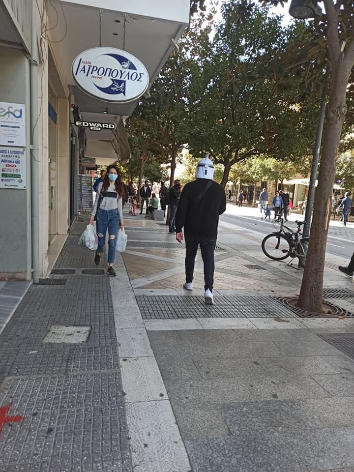 Πολίτης στις Σέρρες βγήκε στους δρόμους με μάσκα StarWars για να προστατευτεί από τον κορωνοϊό