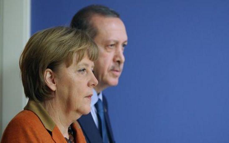 Παράπονα Ερντογάν στη Μέρκελ: Υποκύψατε στους εκβιασμούς Ελλάδας και Κύπρου