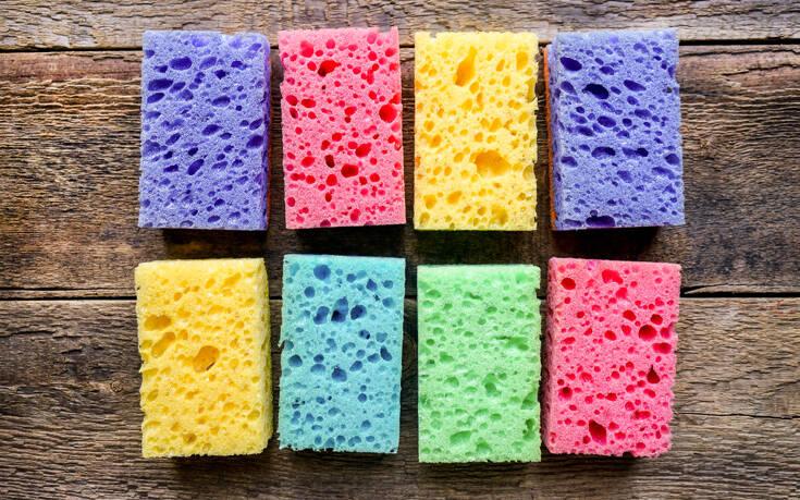 Ο λόγος που τα σφουγγάρια της κουζίνας έχουν διάφορα χρώματα