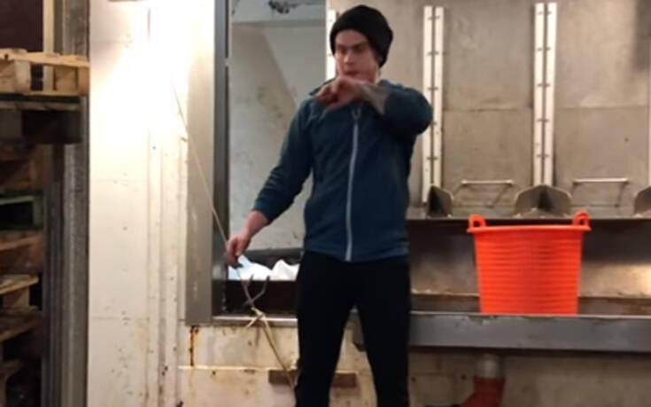 Ψαράς… αψηφά τη βαρύτητα λόγω κυμάτων