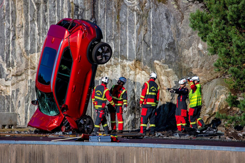 Το απόλυτο και πιο extreme crash test στην ιστορία- Έριξαν από ύψος 30 μέτρων τα αυτοκίνητα
