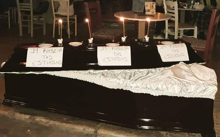 Μεζεδοπωλείο στου Ψυρρή έβγαλε φέρετρο στο πεζοδρόμιο για την «κηδεία της εστίασης» – «Κλαίμε τον μακαρίτη»