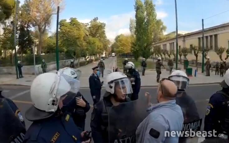 Βίντεο ντοκουμέντο από το Πολυτεχνείο: Αστυνομικοί «μπλοκάρουν» δημοσιογράφους και φωτογράφους ενώ γίνονται οι προσαγωγές