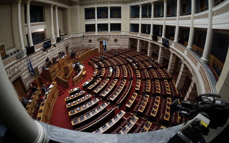 Ο ΣΥΡΙΖΑ καταψήφισε τη μείωση των ασφαλιστικών εισφορών – Πέτσας: «Δεν είναι fake news, είπαν όχι στη μείωση της ανεργίας»