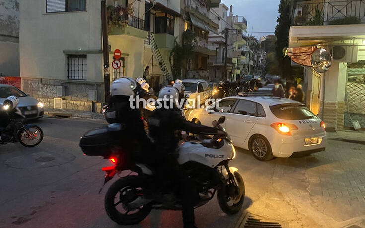 Νεαροί στη Θεσσαλονίκη χτύπησαν αστυνομικούς που πήγαν να τους ελέγξουν