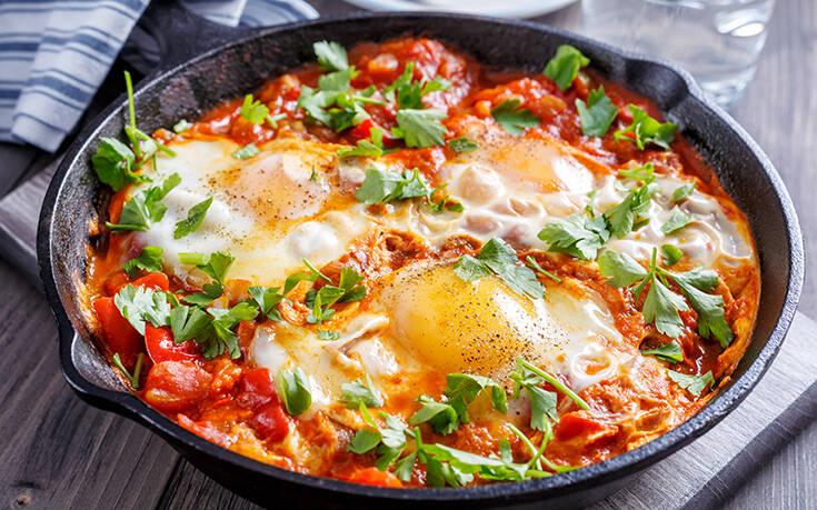 Αβγά με πικάντικη σάλτσα ντομάτας