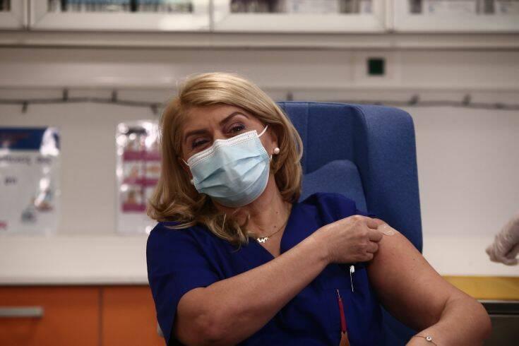 Η πρώτη δήλωση της νοσηλεύτριας που άνοιξε τον εμβολιασμό στην Ελλάδα
