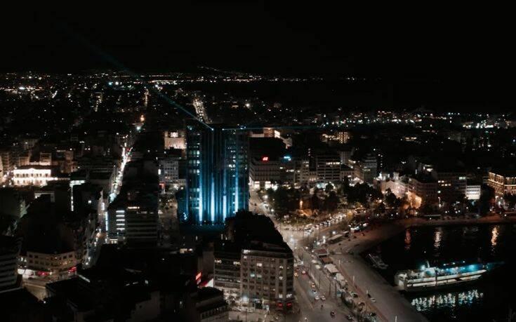 Εντυπωσιακό βίντεο από τη στολισμένη Αθήνα στο βράδυ εν μέσω lockdown