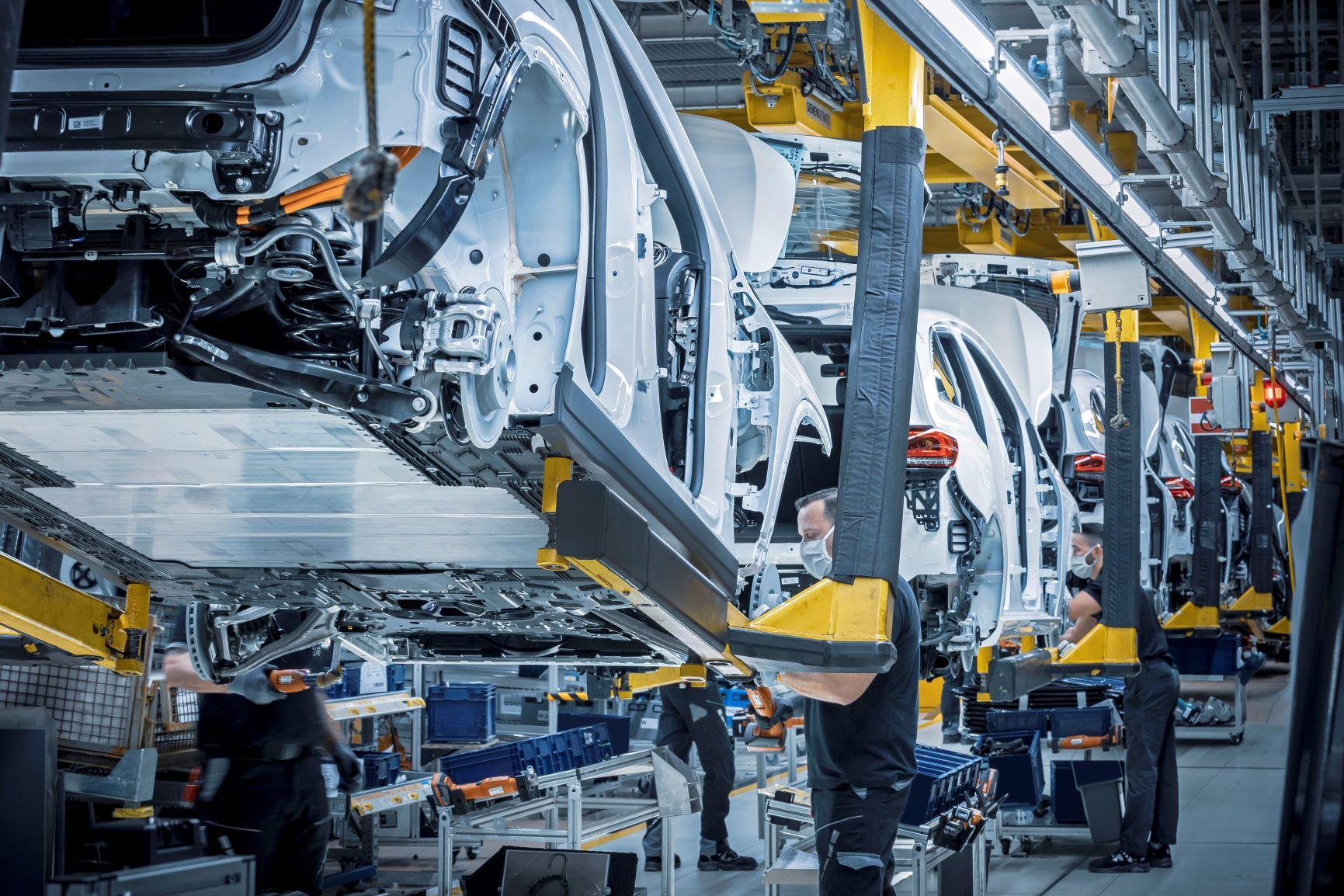 Ηλεκτρική επίθεση από τη Mercedes-EQ με έξι νέα μοντέλα MERCEDES-EQ