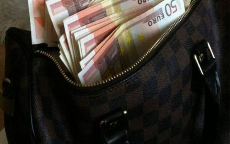 Θεσσαλονίκη: Βρήκε τσαντάκι με 15.000 ευρώ στο δρόμο και το παρέδωσε στην Αστυνομία