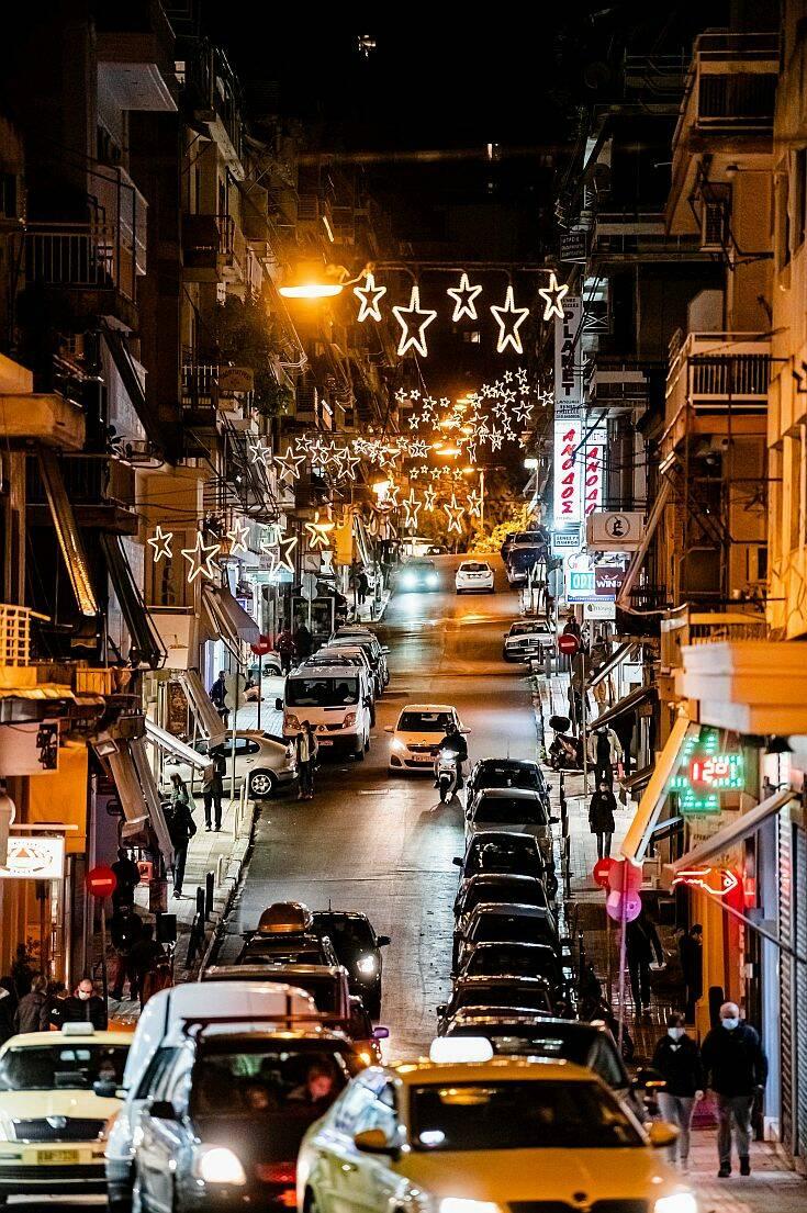 Η Αθήνα φόρεσε τα γιορτινά της ενόψει Χριστουγέννων και εντυπωσιάζει