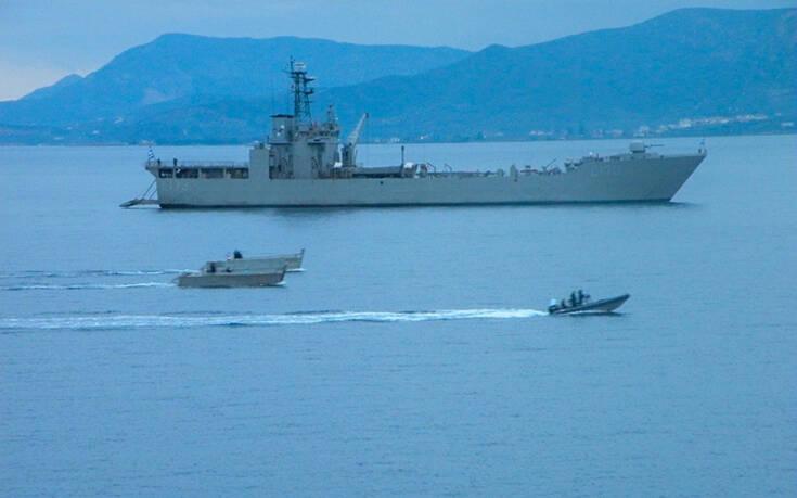 Εντυπωσιακές εικόνες από ασκήσεις του Πολεμικού Ναυτικού – Βολές από τα πυροβόλα των πλοίων και εκτόξευση τορπιλών