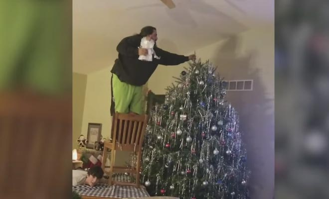 Σπαρταριστές γκάφες με φόντο το Χριστουγεννιάτικο δέντρο [Βίντεο]