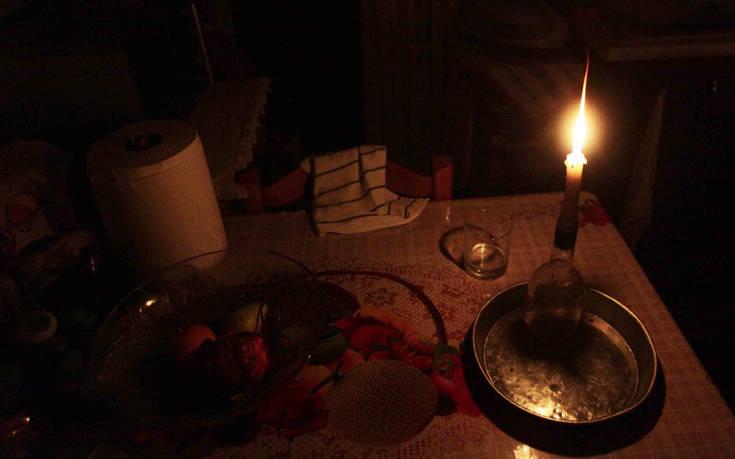 Γιορτές στο σκοτάδι για μία άνεργη μητέρα από την Πάτρα και τον 8χρονο γιο της