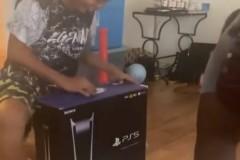 Αυτό πόνεσε: Γονείς έκαναν πλάκα στα παιδιά τους ότι τους πήραν Playstation 5 [βίντεο]