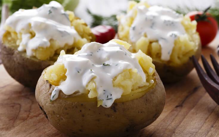 Ψητές πατάτες γεμιστές με τυρί