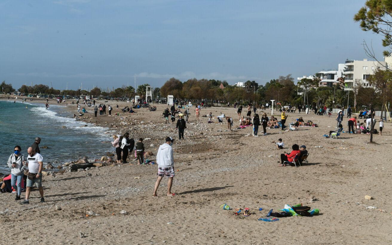 Θέμα στο Reuters οι εξορμήσεις στις παραλίες: «Οι Έλληνες ξέφυγαν από το lockdown»