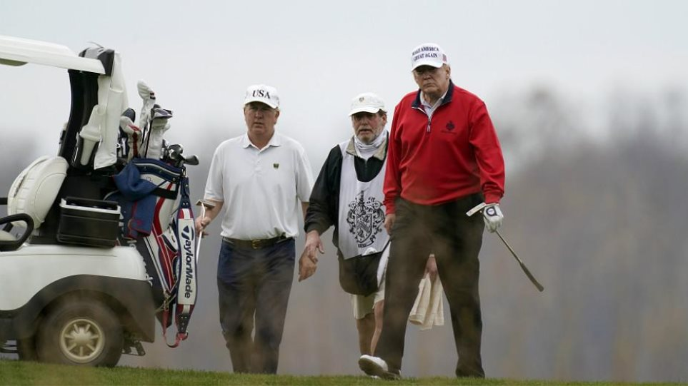 Ο Τραμπ αδιαφορεί για όλα και παίζει γκολφ